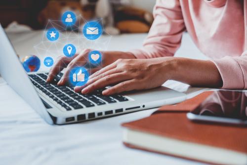 développement du web social dès 1984